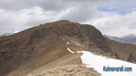 نمایی از آخرین یال به سمت قله. (قله سیاه سر بالاترین نقطه)