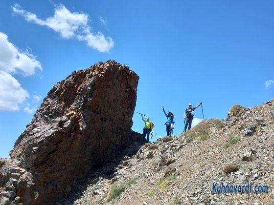 سنگ نشانه - حدود یک ساعت مانده به قله