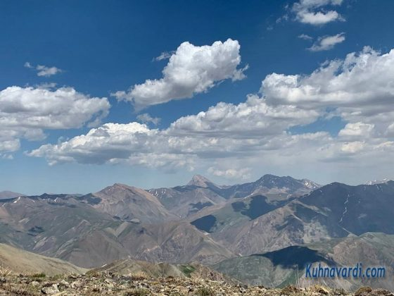 ویوی شرقی قله کرچان - قله آزادکوه در مرکز تصویر است