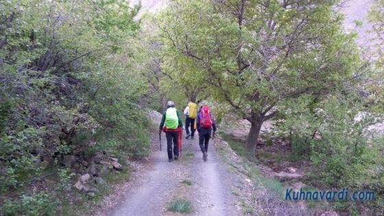 قله سرنسا از گرماب - باغات مسیر دره