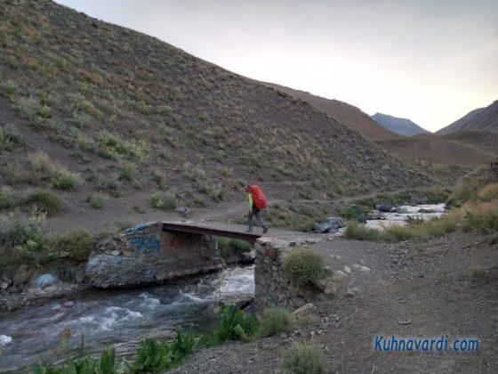 دره وارنگه رود. عبور از پل فلزی