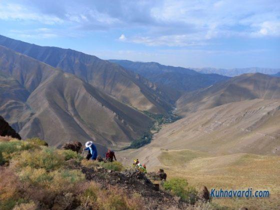 در مسیر صعود و نمایی از روستای وارنگه رود در پشت سر