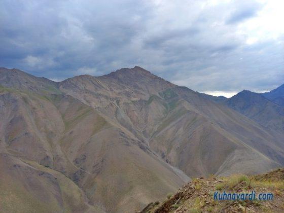 نمایی از قله سرخاب در مسیر صعود