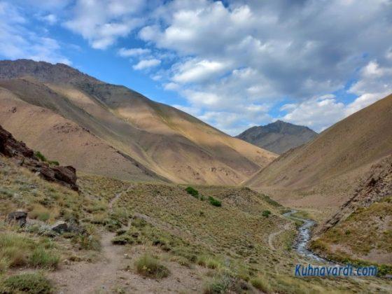 مسیر فرود. دره و رودخانه وارنگه رود و نمایی زیبا از کوه خرسلک در پشت سر