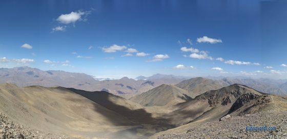 تصویر پانوراما از روی قله ناز - قله های میشینه نو و کهار در سمت راست تصویر دیده می شوند